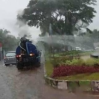 Menyiram tanaman ketika hujan biar semakin subur.