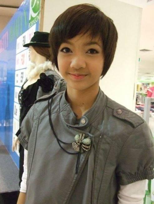 Foto Lisa ketika remaja dengan rambut cepaknya. Apa yang membuatnya berbeda dengan sekarang?
