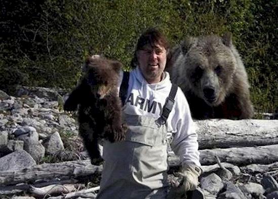 Jelas lah si induk beruang bakalan marah besar ngeliat anaknya digituin. Nggak tau deh apa yang terjadi selanjutnya.