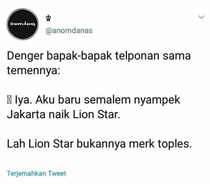 Jadi bayangin si bapak beneran naik toples plastik merek Lion Star :D