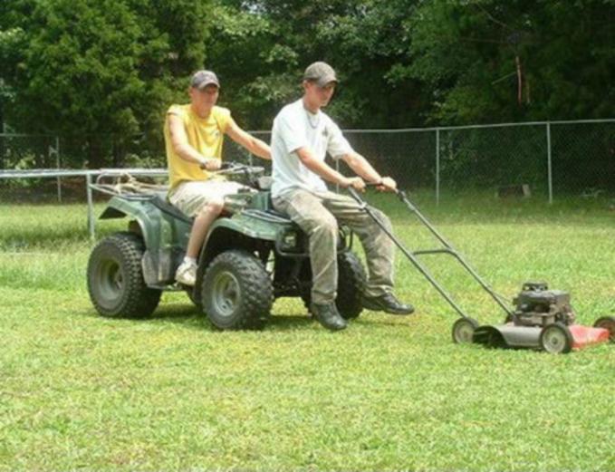 Daripada harus keliling memotong rumput, pria ini lebih memilih naik ATV.