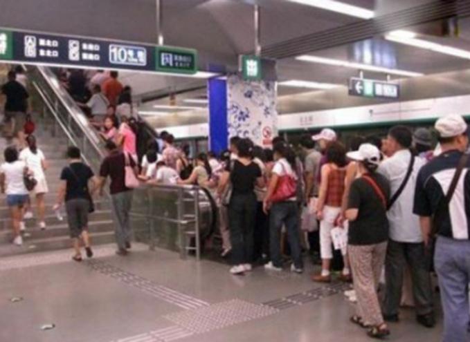 Orang-orang lebih memilih antri naik eskalator daripada tangga manual.