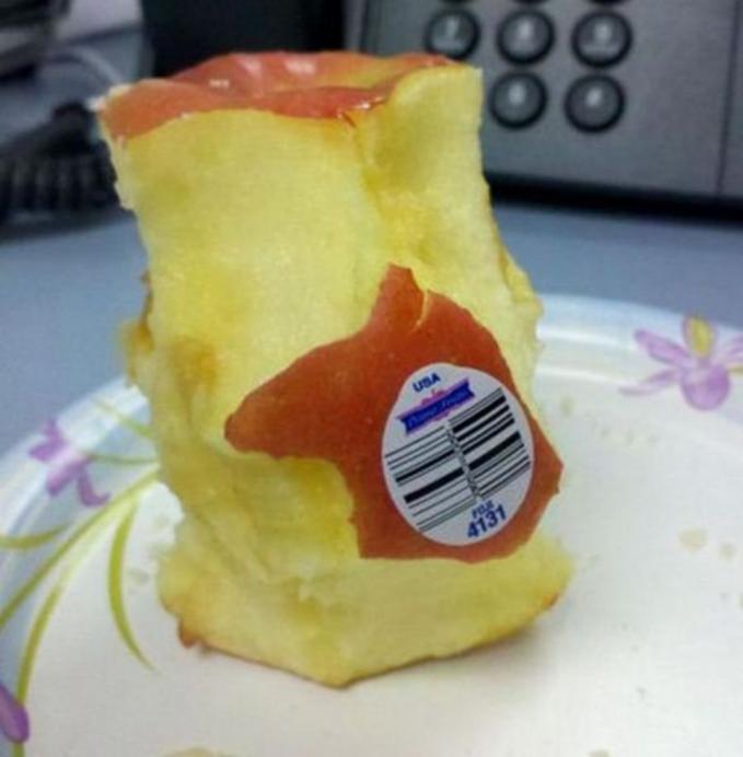 Mending nggak dihabisin apelnya dibanding harus nyopot stikernya :D