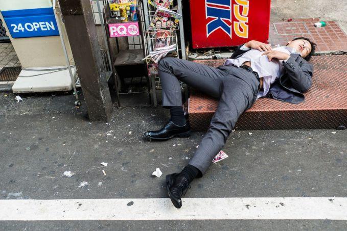 Waktunya pulang kantor bukannya langsung kerumah malah mabuk-mabukan. Kayak gini nih jadinya tidur di pinggir jalan nggak terasa.