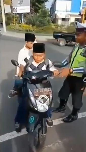 Berani banget kan nih anak, belum cukup umur, enggak pakai helm dan tidak membawa surat-surat kendaraan yang lengkap tapi berani berkendara di jalan raya. walaupun pada akhirnya harus ketilang sama polisi sih :D
