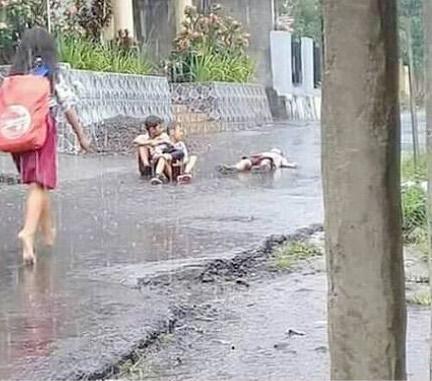 Pulang sekolah hujan-hujanan, anak-anak yang berani mengambil resiko Ketika pulang akan dimarahi emak.