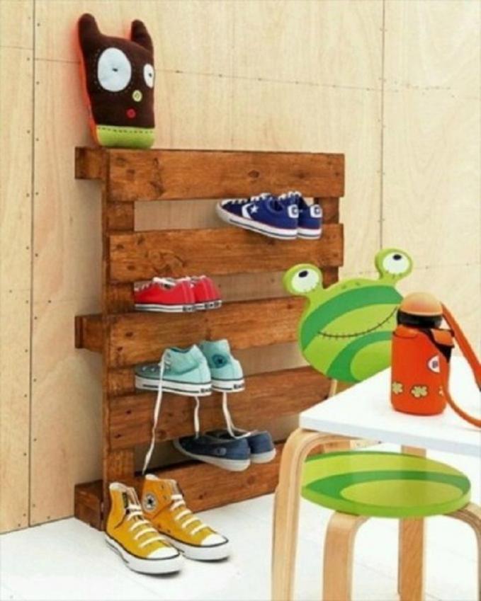 Rak sepatu dari papan kayu Susunlah papan kayu dengan jarak yang cukup untuk menghimpitkan sepatu diantara 2 papan kayu. Buatlah sekreatif mungkin agar terlihat lebih indah.