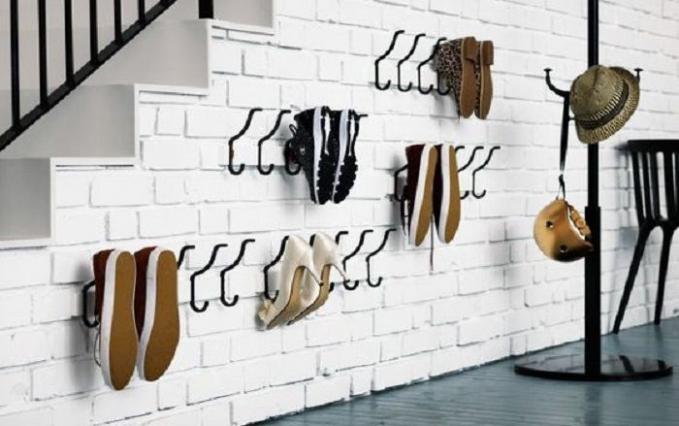 Rak sepatu dari gantungan Jaket Gantungan jaket yang mempunyai ukuran lebih besar dari gantungan baju, bisa kamu pakai untuk meletakkan sepatu. Tinggal tata saja gantungan itu sekreatif mungkin, yang lantinya bisa dijadikan untuk menggantung berpasang sepatu yang kamu punya.
