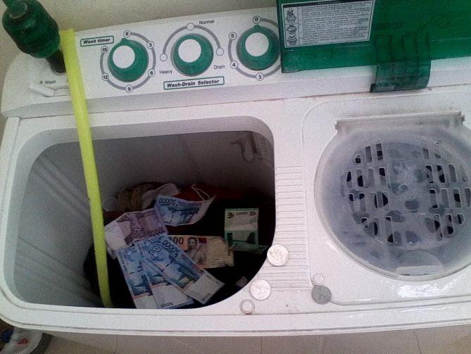 Mumpung lagi nyuci baju banyak sekalian cuci uang aja.