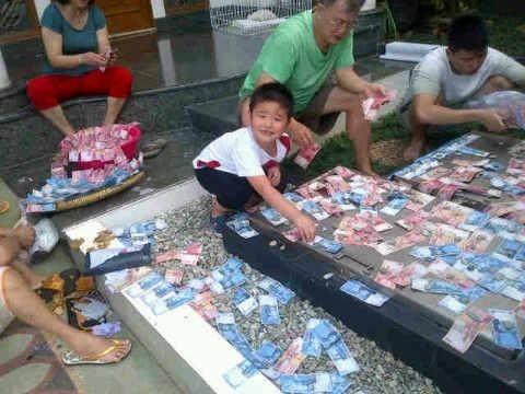 Keluarga kaya nih Pulsker, semuanya saling bantu jemur duit di halaman.