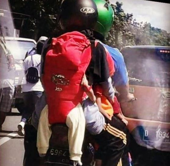 Ini adalah contoh foto pemudik di Indonesia. Ketika mendekati hari raya, banyak sekali masyarakat yang menggunakan motor untuk mudik Dan pulang kampung. Sayangnya masih banyak yang melebihi kapasitas seperti ini. Bahkan, keluarga ini membonceng anak nya di belakang. Miris banget kan?