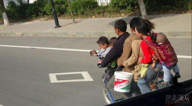 Selain melanggar peraturan karena melebihi kapasitas, pemotor ini juga bisa membahayakan anak yang berada di belakang.