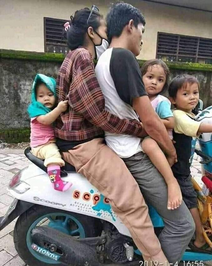Kalian jangan pernah meniru pelanggaran lalu lintas seperti ini ya. Tetap utamakan keselamatan di jalan raya.