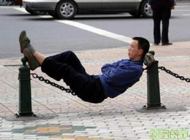Salut deh si bapaknya, bisa nahan keseimbangan walau dalam kondisi tertidur guys.