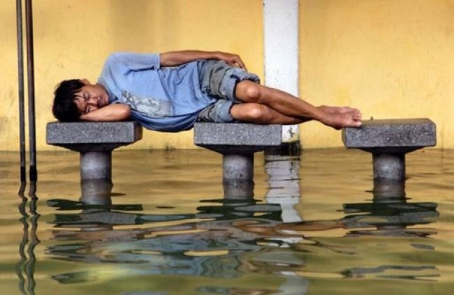 Banjir bukan halangan buat tidur sejenak biar badan kembali fit dan bugar.