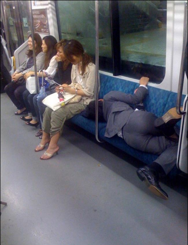 Saking capeknya sepulang kerja sampai-sampai tertidur di dalam kereta. Makan tempat pula, duh !.