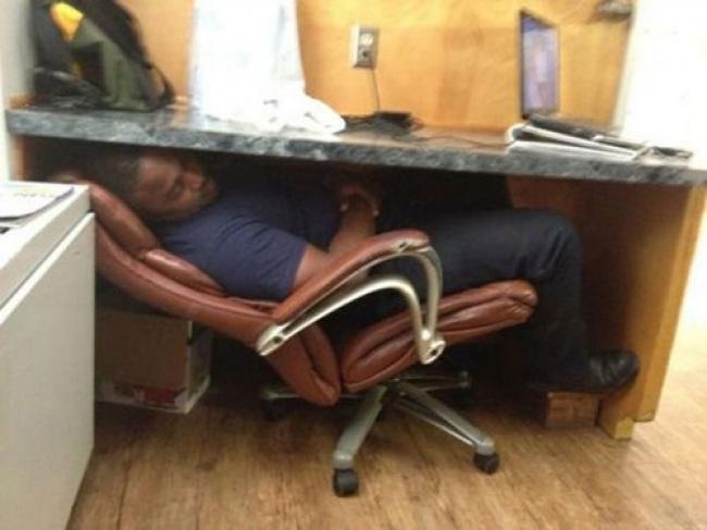 Si bapaknya lagi pewe banget tuh boboknya Pulsker. Lumayan, istirahat sebentar mumpung nggak ada bos di kantor.