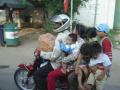 Duh! 7 Potret Kluarga Berboncengan Dengan Motor Ini Bikin Auto Gregetan