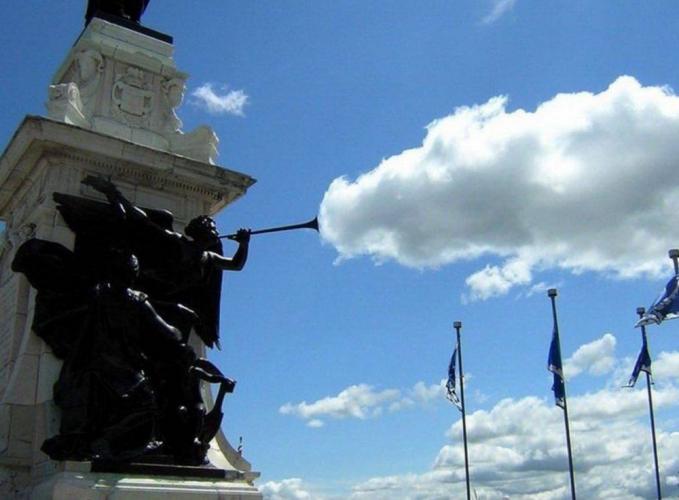 Terompet dalam patung ini seperti mengeluarkan awan.