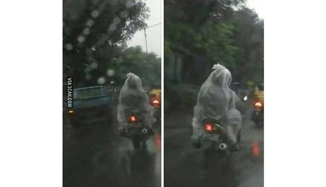 Ngeerriii .. Ada jas hujan pocong !