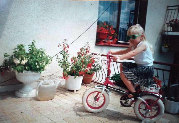 Foto gadis cilik imut ini diambil di tahun 1997, sekarang pasti udah tumbuh jadi gadis cantik tuh.