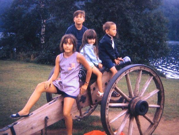 Anak-anak generasi 70-an lagi berfoto di sebuah meriam jaman dulu.