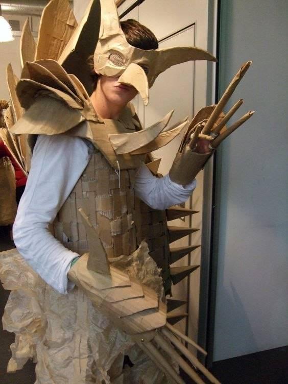 Bisakah dibayangkan jika kostum ini terbuat dari kardus.
