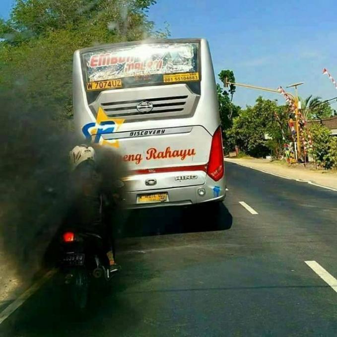 Selain menyebabkan polusi dan nggak baik bagi kesehatan, kalau asapnya seperti ini bisa bikin bahaya pengendara lainnya.