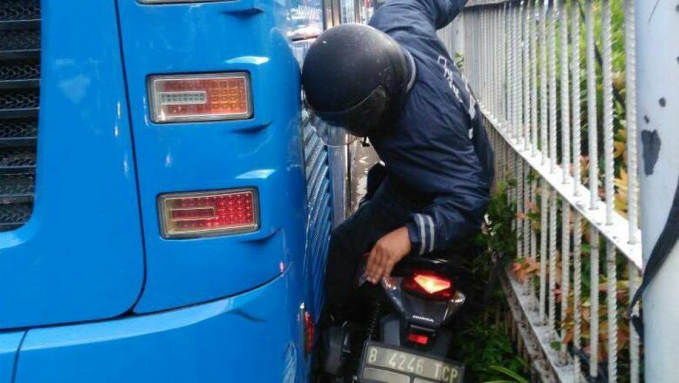 Makanya mas, jangan asal terobos aja. Patuhi peraturan lalu lintas biar nggak celaka.