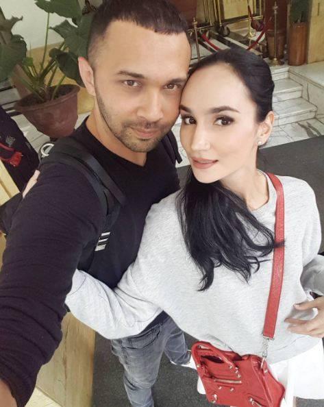 Teuku Zacky Aktor ganteng ini kepincut dengan model asal Usbekistan Ilmira Usmanova, dan menikah tahun 2009.