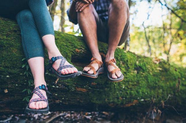 Sandal Gunung Ternyata sandal gunung juga keren dipakai oleh cewek, bahkan sekarang sudah diproduksi warna - warna yang lebih girly.