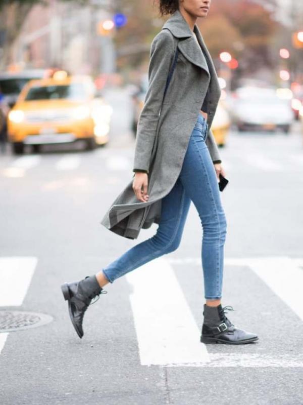 Sepatu Bot Sepatu jenis ini juga keren jika dipakai cewek, tinggal memadu padankan dengan outfit yang cocok, seperti celana denim dan kaos kayaknya sudah cukup keren.
