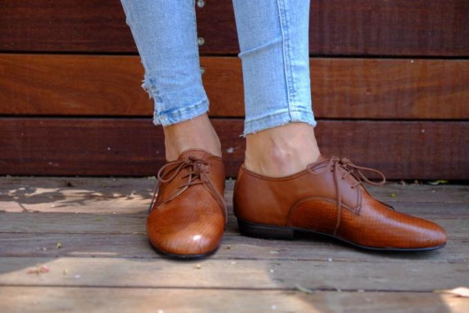 Sepatu Oxford Sepatu ini ternyata pantas juga dipakai oleh cewek, dan bisa dikombinasikan dengan berbagai jenis busana.