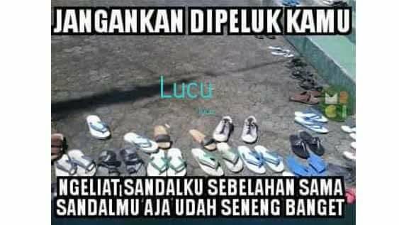 Pas ketemu di masjid terus masuk bareng dan sandalnya sebelahan aja udah seneng banget rasanya.