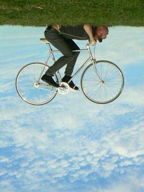 Keren .. cowok ini bersepeda diatas awan.