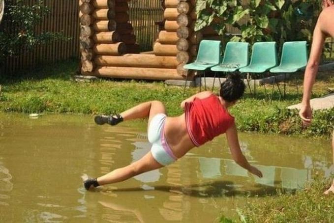 Wanita itu padahal sedang diceburkan, tetapi gayanya kayak sedang terbang diatas air.