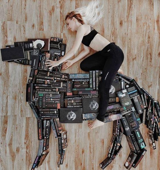 Bukunya ditata berbentuk seekor kuda, dan saat difoto Elizabeth seperti sedang menunggang kuda.