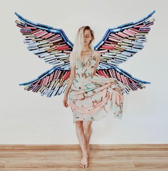 Kombinasi warnanya bikin hidup sayap yang ditata dari buku itu.
