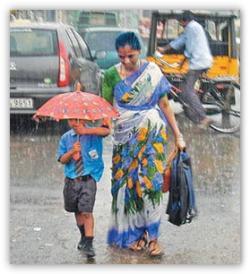 Emang ya gengs, pengorbanan seorang ibu itu tak terhingga sepanjang masa. Ibu bahkan rela kehujanan dan mengalah payungnya dipakai sang anak untuk pergi ke sekolah.