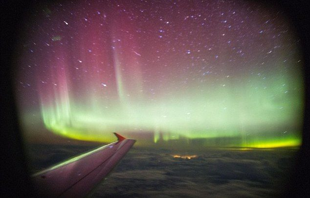 Dan beruntung banget gaes penumpang yang satu ini. Selain bisa melihat langsung aurora di langit dia pun mengabadikannya dalam sebuah foto.