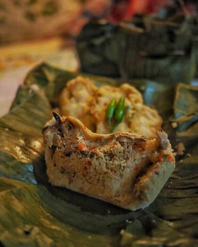 Sego Gegog ( Trenggalek ) Namanya saja unik yang merupakan kepanjangan dari Sego Ghenem Ghodong Geddang yang artinya nasi yang dibungkus dengan daun pisang. Mempunyai komposisi nasi punel, sayur bothok, dan tentunya yang khas adalah sambalnya yang super pedas.