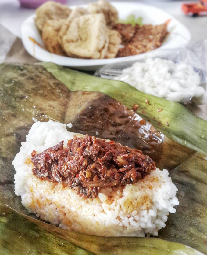 Sego Angkruk ( Ponorogo ) Sego ini mempunyai komposisi nasi yang ditumpangi lauk, dan lauknyapun bervariasi, ada sambal teri, ayam suwir, dan tahu tempe.
