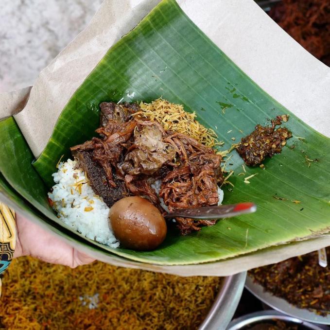 Sego Krawu ( Gresik ) Komposisi sego ini terdiri dari nasi putih, semur daging, jeroan sapi, serondeng, dan sambel trasinya yang nikmat. Dinamakan sego krawu karena ada parutan kelapoanya yaitu serondeng.