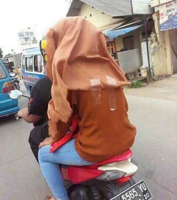 DIY biar hijab kamu nggak terbang-terbang pas naik motor.