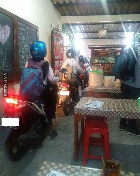 Soto ayam drive thrue yang cuma ada di Indonesia.