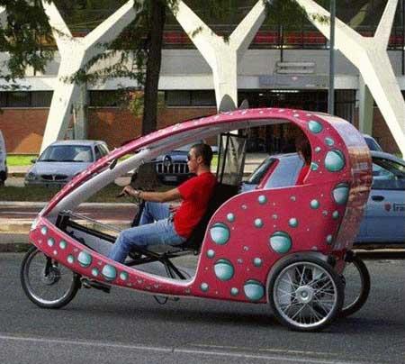Kalau Indonesia, mobil kayak gini juga biasa dipanggil mobil odong-odong yang biasa mangkal di alun-alun :D