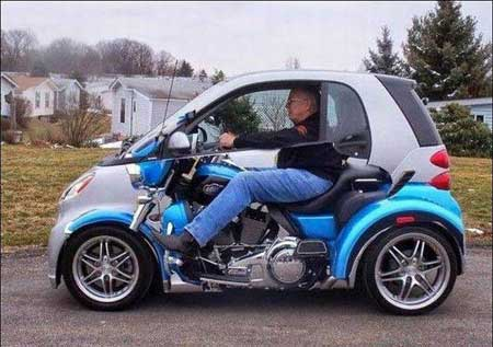 Hayo tebak, orang ini naik motor atau mobil?