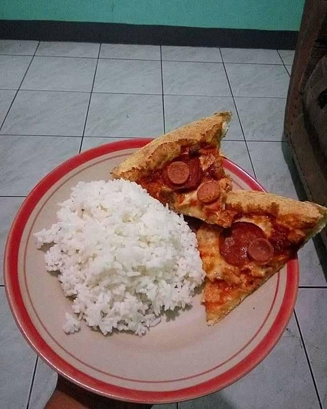 Ini pasti kelakuan orang Indonesia. Makan nasi pakai lauk pizza.