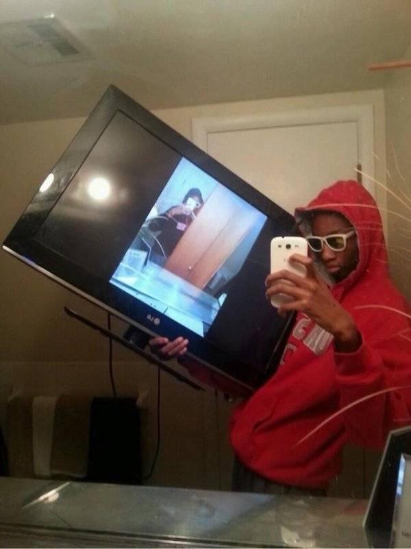 Ini foto Maksudnya gimana sih? Kenapa mesti Pakai gaya pegang TV kayak gitu?