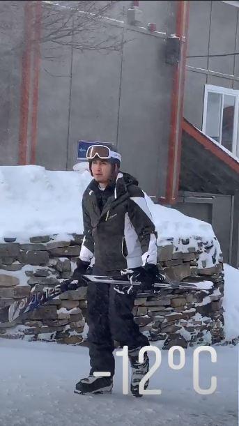 Tampak gagah saat mengenakan kostum lengkap ski.